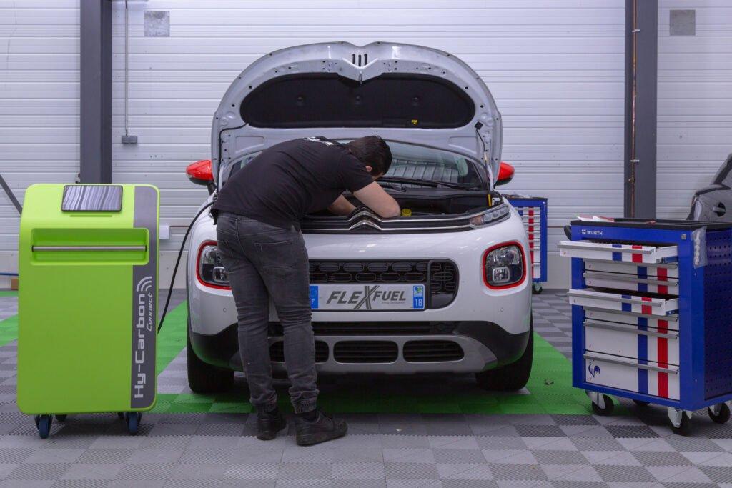 Mecánico descarbonizando un coche