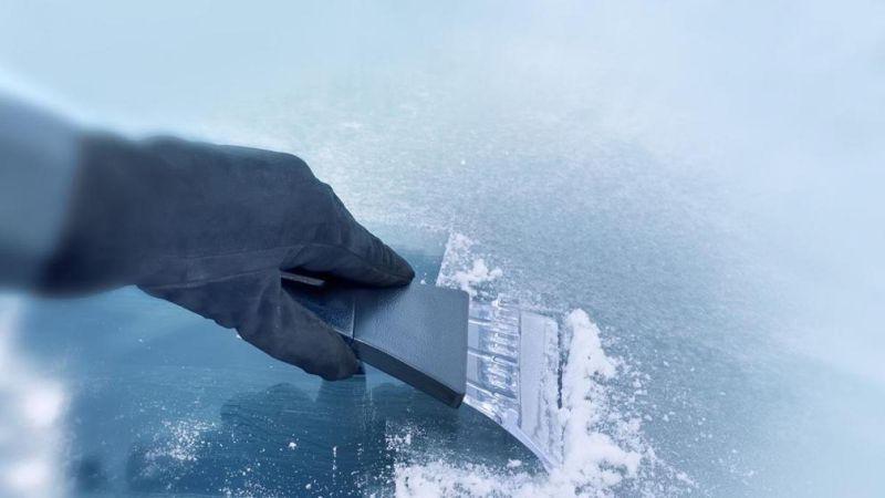 como eliminar el hielo del parabrisas de forma segura