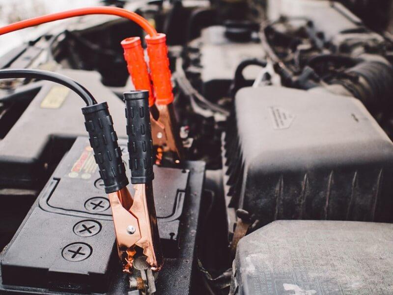 Cargar la batería del coche con pinzas